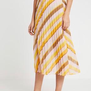 Fin Second Female nederdel, aldrig brugt - nypris 700kr   Bytter ikke og køber betaler fragt