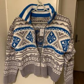 Kort sweater cardigan (blå, grå, hvid) fra UO i str. S. (Passes nok også af mindre M - se mål) Mål: Længde ca 50 cm Bredde fra ærmegab til ærmegab ca 50 cm uden at stretche. Ærmer fra lav skulderkant og ned ca 50 cm Materiale kraftigt strik i poly. Har den også i XS - se anden annonce! (Har selv en i brug, som jeg har vasket i vaskemaskine uden problemer) Nypris i UO 700 + og købt i år! Sælges for under halv pris plus porto. (375 inkl med DAO via MobilePay)