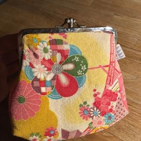 Grønlykke pung, Japansk Pung ideel til makeup eller som clutch  i originalt kimono stof. Aldrig brugt, stadig med mærke. Nypris 249kr. Sælges til 100kr Kan hentes Kbh V eller sendes for 40kr DAO