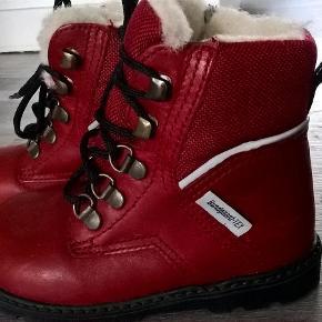 Brugte en gang.  Sender med DAO / Postnord  SE OGSÅ MINE 450 ANDRE ANNONCER :)  Lækre vinterstøvler Farve: Rød Oprindelig købspris: 529 kr.