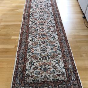 Ægte tæppe. Løber i målene 320 x 80. Nypris for 30 år siden :7000kr