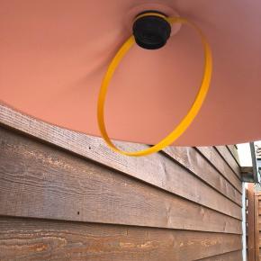 smukkeste lampe i en fin lyserød farve🥰 lampen er blevet købt med den lille bule, som der ses på et af billederne - bulen er dog ikke noget, man lægger mærke til:)  den har en diameter på cirka 40cm