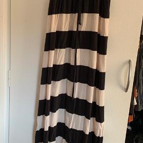 Sort og hvis stribet lang kjole. Fejler ingenting.