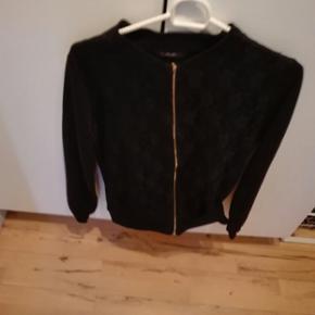 Jeg har en superflot bluse med lynlås af mærket H&M I str. M som jeg gernevil sælge. Prisen kan forh s ndles-varen kan sendes-køber betaler fragt