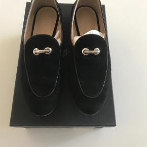 Varetype: Sko Loafers  Farve: Sort Oprindelig købspris: 4190 kr.  Super fede sko. Fejler intet men er brugt en del og kunne godt trænge til en forsåling. Ruskind/nubuck. Alm 39. Æske og dustbags medfølger.