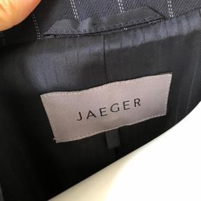 Flot pin stribet blazer fra Jaeger. Brugt lidt men fejler intet. God passet på.  Købt for nogle år siden i UK.  Byttes ikke.
