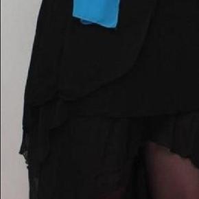 Brand: ZMG Varetype: 💚🌸💚Smuk sort chiffonkjole se beskrivelse og fotos Størrelse: Onesize (34-38) Farve: Sort  Billederne af den lyserøde kjole er modelbilleder, den sorte er den, som jeg sælger!  Flot lang kjole i en unik model. Hjertesmykke foran med et rustikt udseende. Elastik i overdelen, samt smock på ryggen, så kjolen er absolut nem at holde oppe, og samtidig er kjolen fleksibel i størrelsen, da den kan udvide sig en del på grund af smocken.  Underdelen er i dobbeltlag og i forskellige længder.  Kjolen er str. Onesize, som svarer til 34,36,38, kan dog også passes af en 40 (L)  Information: Størrelse: Onesize (34,36,38) Materialer: 95% Nylon, 5% Elasthan Mærke: ZMG  Info og mål: Længde inderst: 110cm Kjolen passes bedst af XS, S, M og (lille L) Har stretch kan udvides en del  Jeg sælger den for min datter, som har brugt den til skole galla, det er hende, der har sin på på de første billeder.   Den fejler ingenting!
