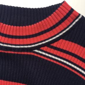 Mørkeblå trøje (sweater) med røde og hvide striber