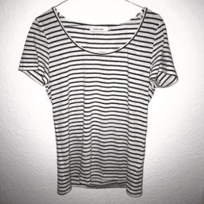 Stribet t-shirt fra SAMSØE SAMSØE. Trøjen er brugt. Str.S, passes også af M.  Køber betaler selv fragten, som ikke er inkluderet i prisen. Kan også afhentes i Kgs.Lyngby efter aftale.