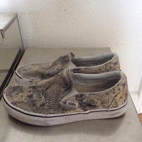 Vans. Str 36 Gepardprint Indvendig længde: 22,6 cm Lidt brug og hak i gummi  Kan sendes med DAO. Kan evt afhentes aften/weekend i Kbh K ved forudbetaling.