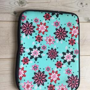 Blå-grøn taske.  Størrelse 28x21 ca.  Sælges da den ikke bliver brugt😊
