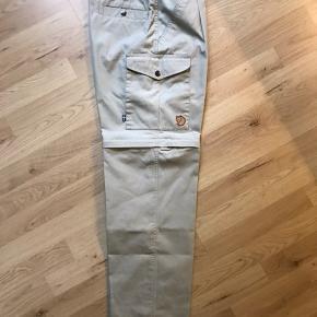 Fjäll Räven G-1000 Half Zip, betyder de også kan fungere som shorts. De er brugt og vasket to gange, kun brugt på to små gå ture og sælges da jeg ikke længere kan passe dem.   Livvidde ca. 77cm Skridtlængde ca. 77cm