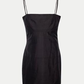 Virkelig smuk kjole fra Réalisation Par. Brugt 1 gang, fremstår derfor som ny. Kjolen er størrelse medium og kan passes af en størrelse xs-m.  Fleres billeder sendes gerne.