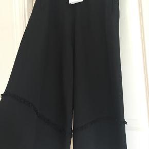 De smukke Ally skirt pants i sort silke. Nyprisen er 2400,-  Bytter ikke.