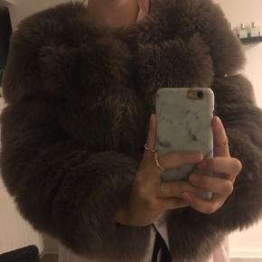 Overvejer at sælge denne Americandreams Soho faux fur short Brown jakke, ny pris er 1349 kr. Det er et stort hul ved det ene ærme. Den er godt brugt men fejler ikke andet end det. Byd gerne