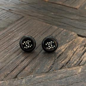 Chanel øreringe sælges, fejler intet og leveres i chanel æske. Seriøse bud modtages   Bud under 1400 ignoreres