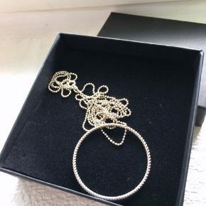 Fin halskæde, sølv, kæden er ca 80 cm lang