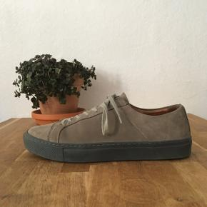 H&M nubuck-læder sneakers * Bud er velkomne og jeg sender gerne •   - Klassiske sneakers i grå nuancer - Fra deres premium linje så 100% ægte læder  - Brugt meget få gange og er blevet imprægneret - Størrelse: 40 men passer som en størrelse 41