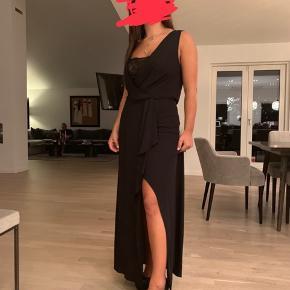 Mega flot galla kjole fra BCBGMAXAZRIA. Kjolen har et rigtig flot og elegant slit på det ene ben og ryggen er også lidt åben (se billede). Der er også en rigtig flot underkjole med blonder som ses på nedskæringen på brystet (se billede nr. 3)  Kun brugt én gang og har siden været til professionel vask. Købt for 2800kr Sælges for 800kr