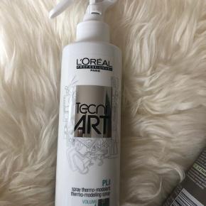 Jeg har seks styk af denne varmebeskyttende spray, som jeg sælger, da jeg ikke får dem brugt.   De er alle ubrugte. Den er desuden udgået af markedet, så de er svære at få fat i.   Prisen er pr stk. Portoprisen er ved fremsendelse af en spray.   Nypris 185,- kr pr stk.   Køber betaler evt porto. Jeg sender med Dao.   L'Oreal Tecni Art Pli er en varmeaktiverende spray, som bruges inden føntørring. Den er ideel til kraftigt hår, og skaber luksuriøse krøller og bølger i håret. Den giver håret et blødt og naturligt look, og giver et medium hold. Samtidig giver den volume. som starter helt ved hovedbunden.  Fordele:  Varmeaktiverende Giver flotte bølger og krøller Giver et blød look Medium hold Anvendelse:  Sprayes i fugtigt hår Føntør håret med en børste for mest muligt volume og hold