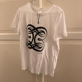 H&M t shirt med velour patch Brugt en gang