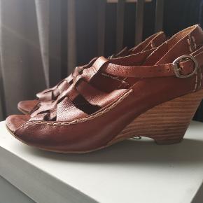 Mindre brugt sandal med kilehæl fra Bronx I str 37. Ægte læder