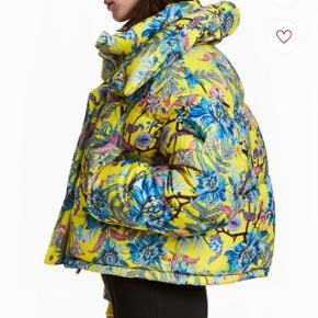 Rigtig fed jakke købt med henblik på en skitur, der aldrig blev til noget. I perfekt stand 💜