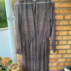 Neo noir kjole/kimono  Bindes i taljen og med knapper.  Størrelse M.  En smule gennemsigtig.  Underkjole medfølger.