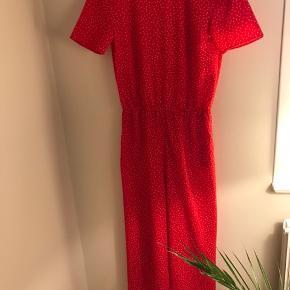 Rød buksedragt fra Envii med hvide prikker. Har åben ryg. Er brugt maks. 4 gange og meget velholdt.