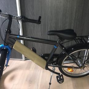 """Drengecykel, 20"""".  Cyklen er desværre købt for stor, og da den er samlet, kan vi ikke bytte den. Den er aldrig brugt, og har stadig noget plastik på.  Cyklen har koster 1200,- fra ny i T-Hansen.  Sælges for 1000,- ved afhentning i Viby sj/Dåstrup   Kvittering medfølger"""