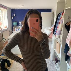 IKKE fra Zara, men den er købt på en ferie fra et mærket ved navn 'la.mandine'   Super pæn brun glimmetrøje, som både er god til hverdag og fest 💛