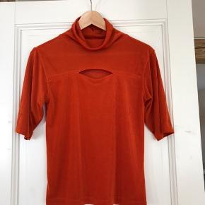 Cool orange vintage 90'er top. Svarer nærmere til str. M/38 end L, som der står på tagget. Super stand!
