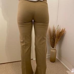 Fine bukser med pressefold, brede ben og høj talje.