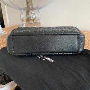 Fremstår som ny. Uden synlige brugspor eller ridser. Sælges da jeg har to nærmest ens tasker. Kan bæres både crossover og på skulder.   Udgået model fra Saint Laurent og kvittering haves.  ❗️Byttes ikke❗️