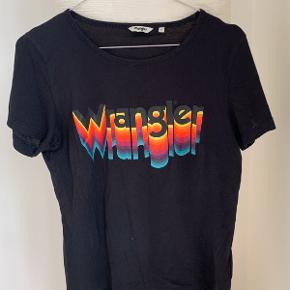 Sort Wrangler t-shirt, med forskellig farvet skrift.  BYD!