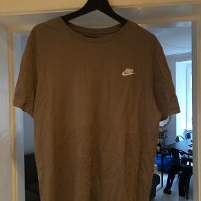 Lækker Nike t shirt. Passer højden 185-195 cm  BYD