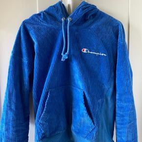 Jeg sælger denne fede Champion hoodie.  Den er en størrelse small.  Har kun været brugt et par gange og er uden synlige brugstegn.  Du er altid velkommen til at komme med et bud eller komme med spørgsmål om hættetrøjen.  (Køber betaler fragt).