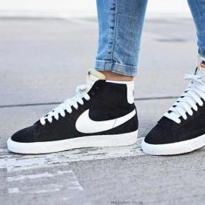 Sælger mine Nike Blazer Mid Trainers i sort ruskind, da jeg ikke får gået med dem. De har aldrig været brugt, og ligger derfor i deres kasse, som da jeg i sin tid købte dem.  Størrelsen er EU 36,5 (UK 4) og måler 23,5 cm.  Hvis du er interesseret i skoene, men i tvivl om hvordan de passer dig, er du naturligvis meget velkommen til at komme forbi min lejlighed i København NV og prøve dem på inden evt. køb :)