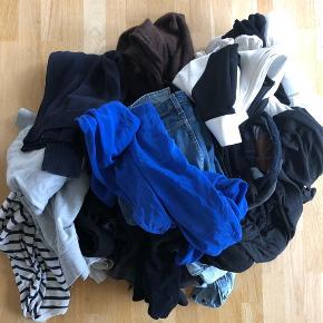 """Tøj bunke sælges  billigt – KUN SAMLET. 32 stykker tøj og en jakke   Noget er brugt, noget er ubrugt. Jeg svarer ikke på spørgsmål til tøjet, det er beskevet så godt som muligt, og prisen er sat efter at man køber det som """"katten i sækken"""" 🙂  4 par jeans -ACNE 31/34, blå -HM 40, sorte  -ACNE 29/34, blå med huller på knæene  -CHEAP MONDAY 32/34, blå  Trænings bukser  -ADIDAS by Stella McCartney L  t-shirts -Cos. L, hvid  -Zara, L, med pailietter  -COS M, grå uden ærmer  -Topshop, S/M, sort gennemsigtig  -ACNE, M, hvid  -SAMSØE, M, hvid  -HM, M, sort uden ærmer   Nederdele -MOSS, L, sort  -MOSS, L, grå -Gina Tricot, M, hvid   Bluser  -HM, 38, grå -Acne stik, XL, blå -ASOS, striber 40 -COS, L, sort strik -WEEKDAY, M sort  -POP CPH, I sort  -HM, L, brun mohair blend  -ZARA, L, blå -ZARA, M, sort/hvid mønster  -BY SECOND FEMALE, L, blå 100% silke  -SAMSØE, M, gennesigtig  -COS, L, mørkeblå strik  Skjorter -LEFTIES, M, denim -Zara, L, grå -Minimum, M, mørkeblå velour     2 hvide mande skjorter -WHITE XXL -SELECTED XL  Jakke  - jakke fra Topshop"""