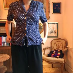 Vintageskjorte i mørkeblå med hvide prikker. Figursyet og kan bindes bagpå.