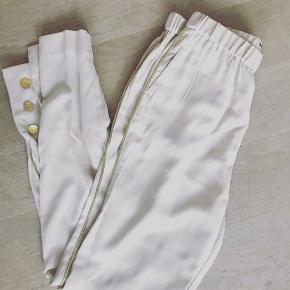 ~Nye smukkeste beige bukser med guld-detaljer fra Malene Birger~   Str 36.  Pris: 350kr.