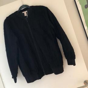 Fin sort bomber jakke fra H&M trend. Brugt, men stadig i rigtig pæn stand. Str. 34. Bytter ikke.