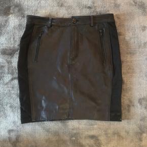 Lækker skind nederdel ny fra Selected Femme i str 36. Prøvet på.  Bytter ikke!