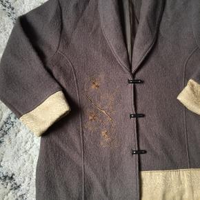 Byd gerne - skal af med alt på min profil!!!  Plus size jakke (størrelse M - 46/48) Army med guld detaljer   Brugt få gange