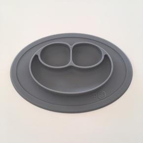 Supersmart silikone tallerken fra EzPz som klæber sig fast til bordet
