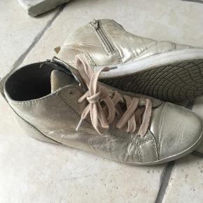 Varetype: Sneakers Farve: Guld  Støvler er brugte men ingen plettet er andet brugsspor  Fodlængde 24,5  Ret fede i blød skind