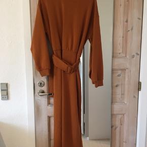 Lang sweater kjole med bælte, lidt stor i str. Afhentes i Aalborg c eller sendes på købers regning.