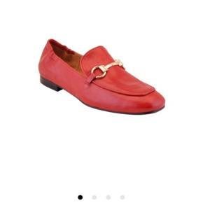 Rød loafers fra billi bi  Brugt et par gange  Nypris 1300 kr  Æske følger med  Kæden er guld