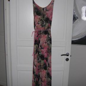 Varetype: Kjole Farve: Forskellige farver  Rigtig flot lang kjole! Kun brugt en gang. Str. 38. Sendes med GLS.