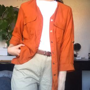 Orange vintage skjorte. Ærmernes længde kan justeres - passer ca. small, men trøjen er uden mærke. Jeg er xs og den passer mig som på billedet💚